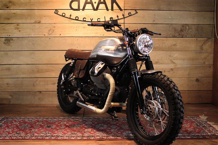 Cette Moto Guzzi V7 destinée à arpenter les routes de la Loire adopte un look tracker. Bandes thermiques, sacoche cuir, réservoir brossé... Une baroudeuse.