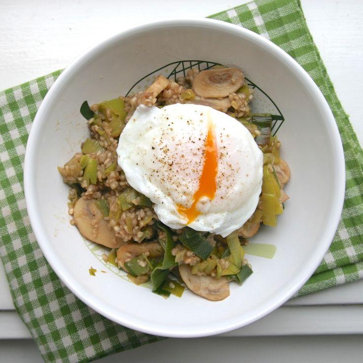 Pohanka s pórkem, houbami a ztraceným vejcem