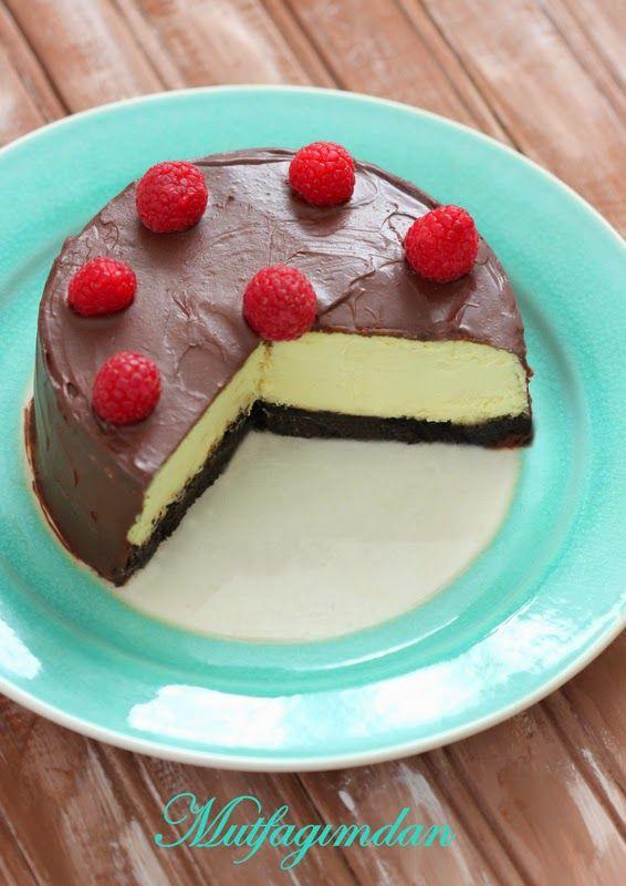 Cheesecake esimin favori keklerinden biri. Bu yil da dogum gunu icin benden cheesecake isteyince ben de cheesecakei bu sekilde susleyip dogum gunu pastasi sekline getirdim. Tabani kakolu biskuvi ki…