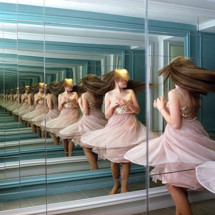 une fillette qui tourne sur elle-même se reflete à l'infini dans un miroir.