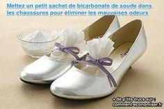 Il existe aussi une astuce pour désodoriser les chaussures qui puent en rentrant à la maison. Ce truc, c'est le bicarbonate de soude.  Découvrez l'astuce ici : http://www.comment-economiser.fr/eliminer-odeurs-chaussures.html?utm_content=bufferac31f&utm_medium=social&utm_source=pinterest.com&utm_campaign=buffer