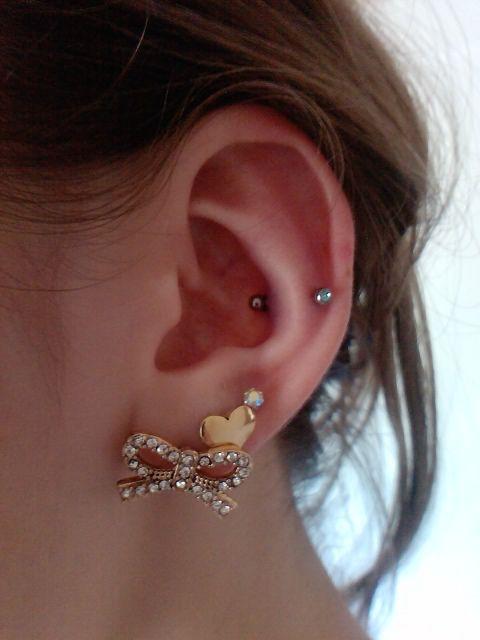 I like the bow earring