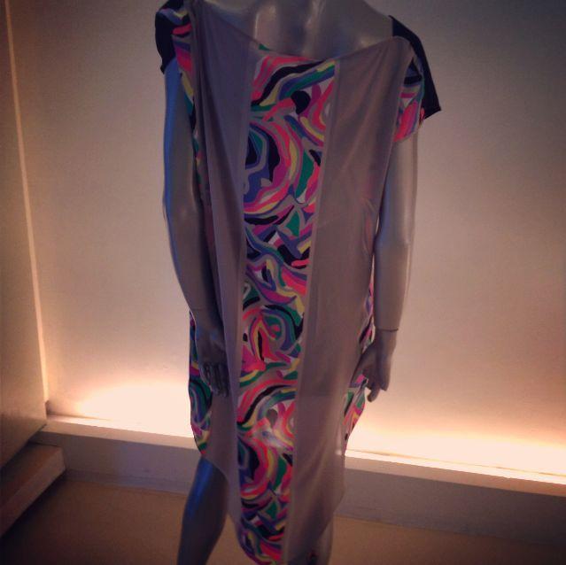 Blusón high-low con espalda en satín de seda en combinación de colores y estampados.