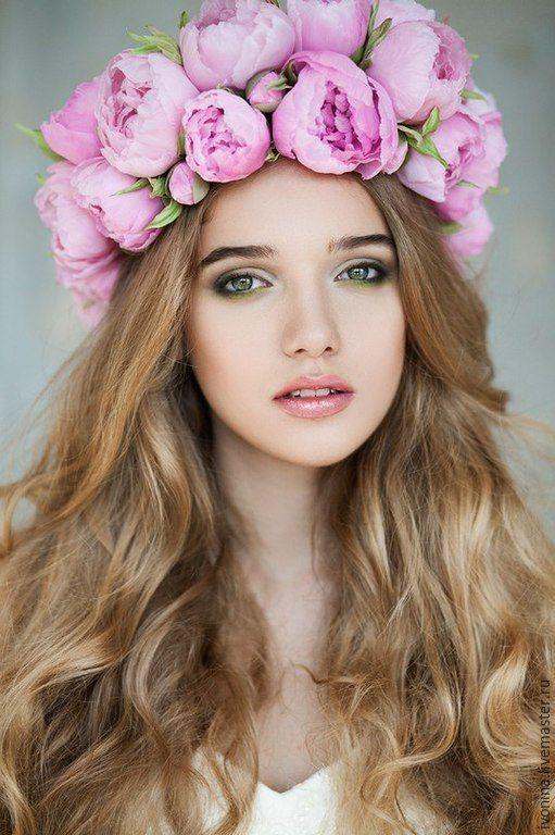 Дня победы, картинка девушки с цветами на голове и розовых