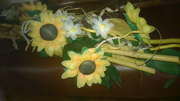 centrotavola con girasoli, margherite e vere canne di bambù