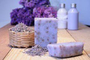 Para fazer esses sabonetes super charmosos acima, de lavanda, anote a receita: Você vai precisar de: -1 quilo de base glicerinada branca -70 ml de essência de lavandin -60 ml de extrato natural de lavanda, -20 ml de óleo vegetal de amêndoas, -80 ml de lauril líquido, -gotas de corante azul e rosa -4 colheres de sopa de lavanda desidratada.  Dicas simples de como lavar biquínis e maiôs  Saiba evitar reações alérgicas à maquiagem   Derreta a base glicerinada branca em uma panela esmaltada…