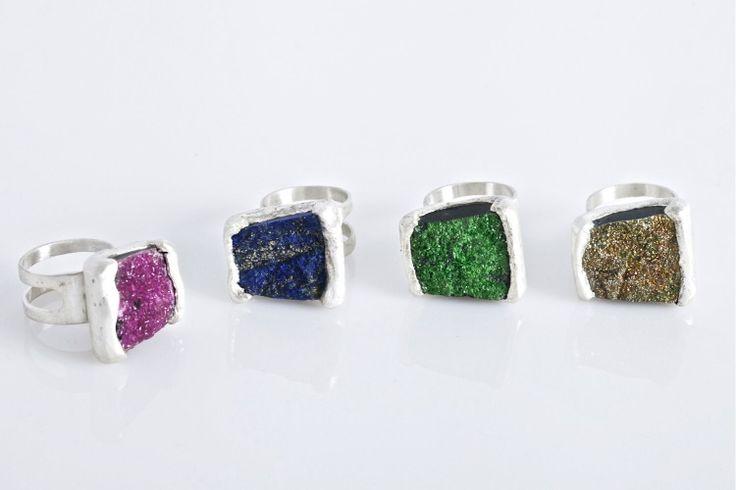 Anillos de plata de 925 con piedras engastadas en bruto. Se puede escoger la piedra: Rosa: Cobalto calcita Verde: uvarovita Azul: lapislázuli Gris: marquesita