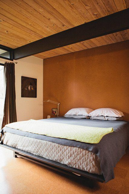 Use pegboard (tablero de clavijas) behind your bed to add texture. Homemade Home: Great DIY Projects for Bedrooms from Our Tours