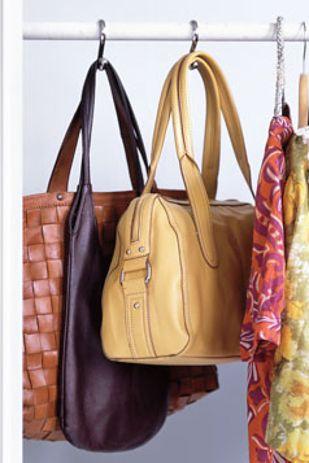 Accrochez vos sacs dans votre penderie avec des crochets pour rideaux de douche. | 23 astuces qui vont simplifier la vie de toutes les filles