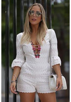 Delicado e romântico, o MACAQUINHO CLOUDE em TULE NUDE com bordado off white manga curta e gola alta com pregas, possui shape justo, bolsos nas laterais , acompanha top com bojo em RENDA , decote costas seu fechamento se dá por fechamento em botões nas costas e zíper. Use com sandália salto para um look atual. COMPOSIÇÃO: TULE BORDADO: 100% Poliéster FORRO : 96% Poliéster 4% Elastano COR: Off White MARCA: Cloude Jeans