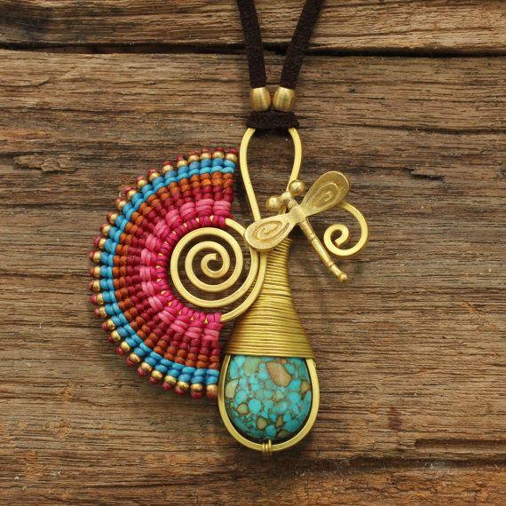 Turquoise Talisman necklace por cafeandshiraz en Etsy
