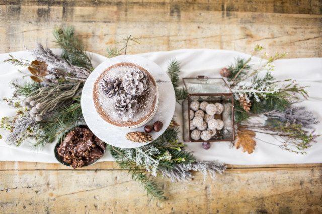 Als jullie in de winter trouwen is het geen moeite om een winters decor te maken. Gebruik dennenappels, takken en een hoop nepsneeuw!