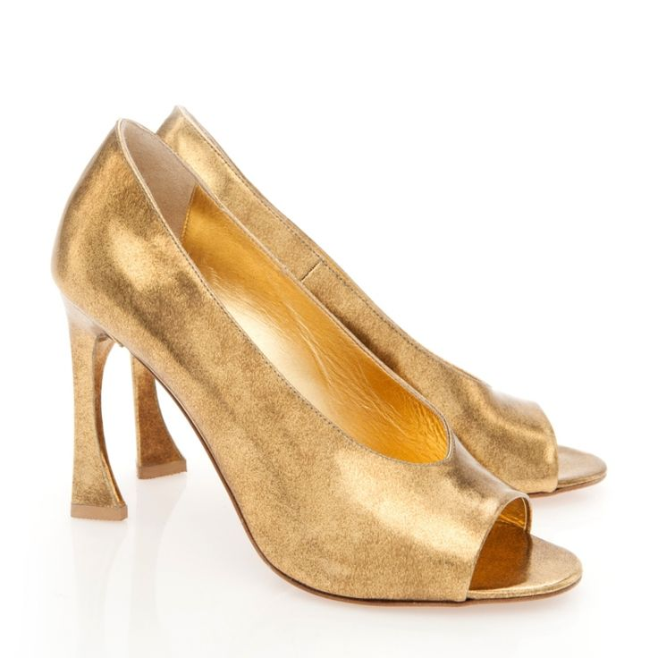 This season I fell in love so badly with the Limited Muses Collection. More precisely by a golden pair of shoes that will come with me everywhere. The source of inspiration are the bronze, polished sculptures of Constantin Brancusi, Mademoiselle Pogany and the series of Muses.