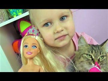 Большая кукла БАРБИ Алиса и кошечка Мася открывают большую куклу Барби Giant Barbie doll http://video-kid.com/10764-bolshaja-kukla-barbi-alisa-i-koshechka-masja-otkryvayut-bolshuyu-kuklu-barbi-giant-barbie-doll.html  Большая кукла БАРБИ Алиса и кошечка Мася открывают большую куклу Барби Giant Barbie doll Алиса, Тея и Кира гуляют на улице Катаются с ГОРКИ и идут в магазин за ВКУСНЯШКАМИ !!!! Алиса показывает КЛАССНЫЕ ободки для волос! ВИДЕО ДЛЯ ДЕВОЧЕК Развлечение для детей от Мими Лисса…