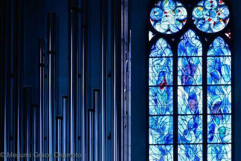 フランクフルトから電車で約20分程、マインツという街に、990年からの古い歴史を誇る「聖シュテファン教会」が建っています。見所はフランスの画家マルク・シャガールが手がけた、青いステンドグラス!教会に一歩足を踏み入れば、陽光が緩やかな曲線で構成されたガラスに射込み、そこはまるで深海の底。「ドイツで最も美しい教会の一つ」との呼び声が高く、わざわざ訪れる人々も多い、幻想的な教会をご紹介します。