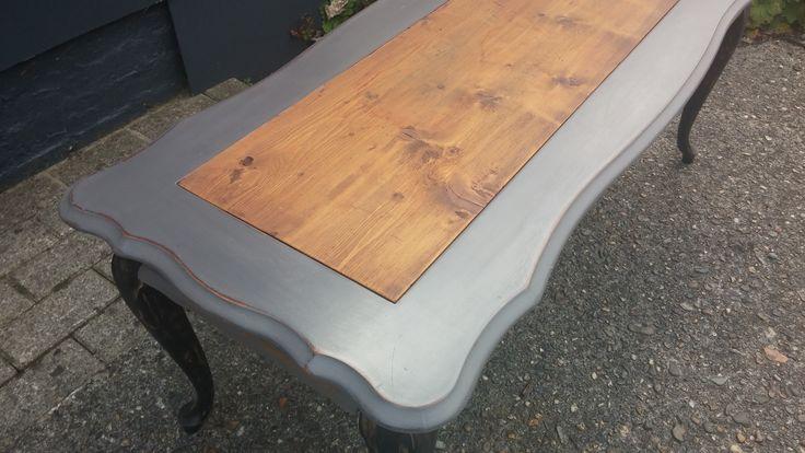 Een klassieke Queen Anne salontafel kreeg een stoere look door een inleg van oude planken....