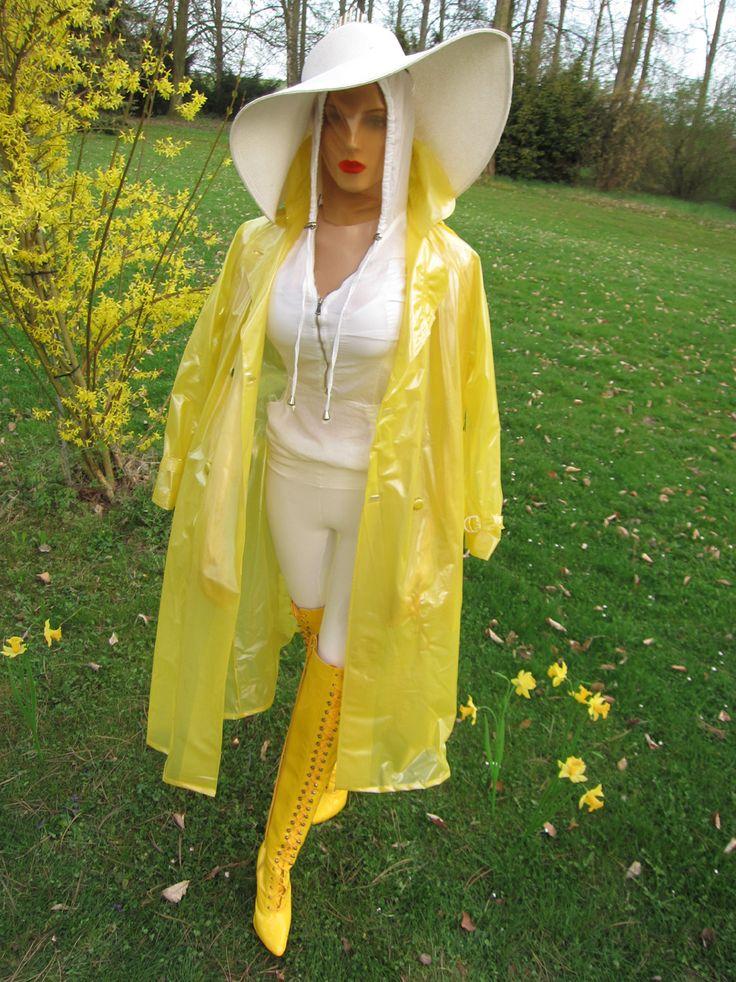 LOREXA Modelady im transparenten gelben Regenmantel