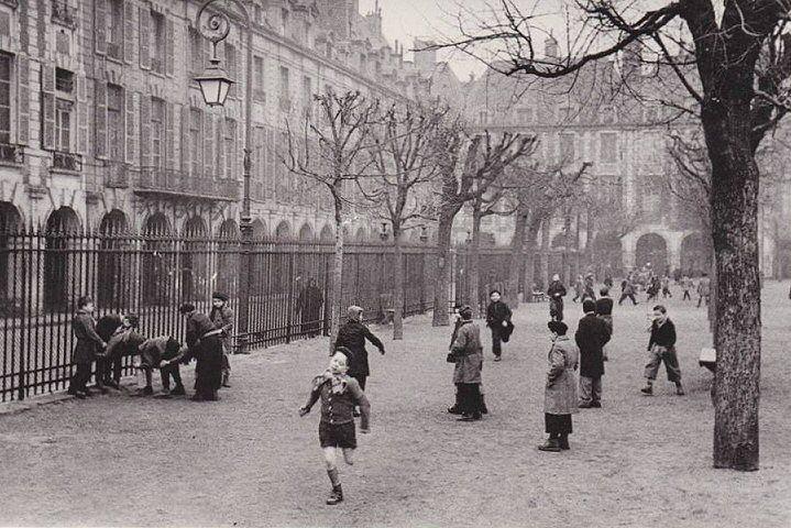 La place des Vosges en 1953. Une photo de Marc Riboud.