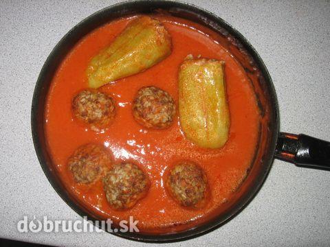 Plnená paprika -  Uvaríme si hrnček ryže a necháme ju vychladnúť..  Postrúhanú cibuľu, pretlačený cesnak, mleté mäso, vajíčko, majoránku,...