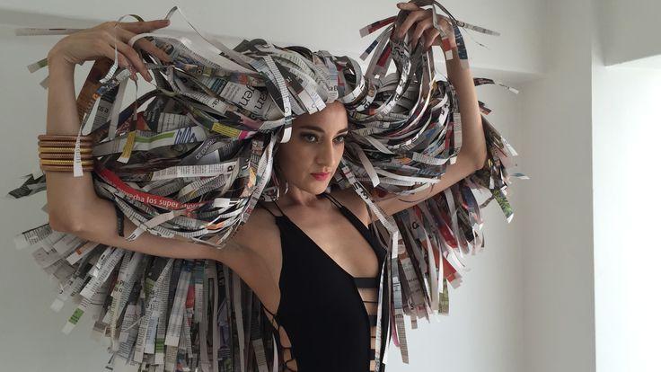 La peluca es está realizada a mano por la casa de arte PicconeCordero y en la segunda parte de las fotografías incluye recortes del rostro mismo de la modelo, ensamblados para crear un efecto de Scrap viviente