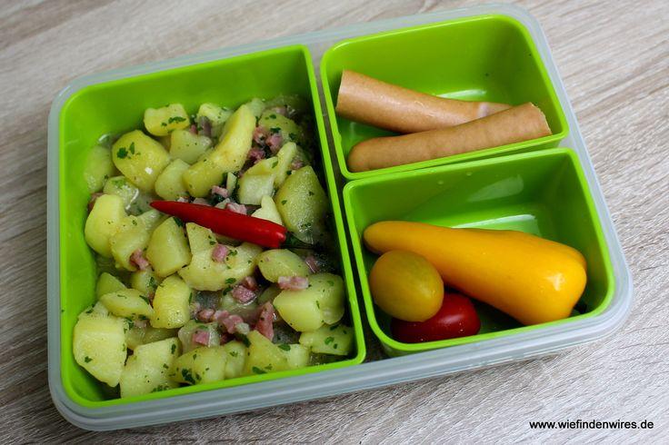 Ein deftiges Mittagessen für den Mann, in der Lunchbox befindet sich Warmer Kartoffelsalat mit Speck, der einfach in der Mikrowelle aufgewärmt werden kann, der aber auch kalt schmeckt, denn mein Mann schafft es längst nicht immer zur Mittagszeit im Büro zu sein, er ist meistens auf Baustellen und dann gibt es kalte Küche. - https://produkttest.emsa.com/?view=social&type=reply&id=270674