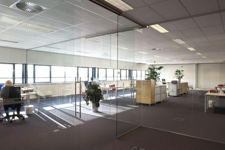 Glazen schuifdeuren geven een sterk ruimtelijk effect in uw woning of kantoor. Glazen schuifdeuren zijn ook echt iets bijzonders. Op twee manieren zijn glazen schuifdeuren een verrijking voor uw woning