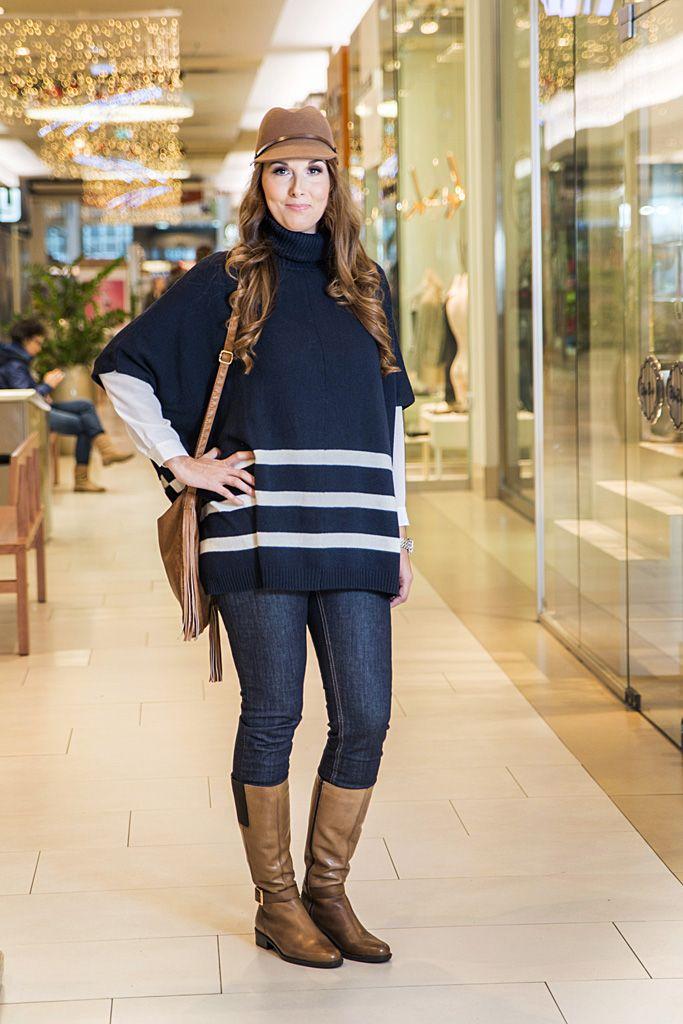 Outfit z kolekcie značky LINDEX - pletené pončo tmavomodrej farby. To sme doplnili úzkymi džínsami strihu slim fit a klasickou bielou blúzkou, ktorú môžete v chladnejšom počasí vymeniť aj za sveter či dokonca tenšiu bundu. Hnedé jazdecké čižmy na nízkom podpätku a ladiaci klobúčik sme doladili v predajni značky Baťa.