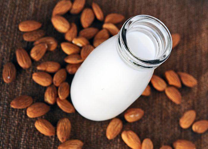 Weganie: Domowe mleko migdałowe
