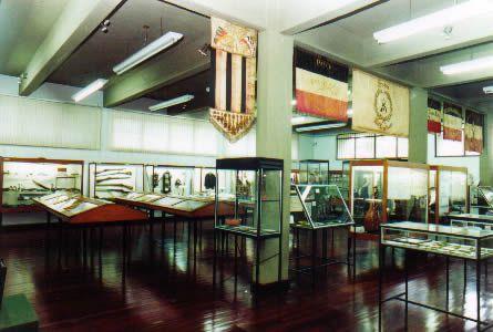 Museu Histórico Visconde de São Leopoldo. 1º piso: salão de exposição em vitrines, ao alto, bandeiras de antigos clubes de bolão, cantores e atiradores.