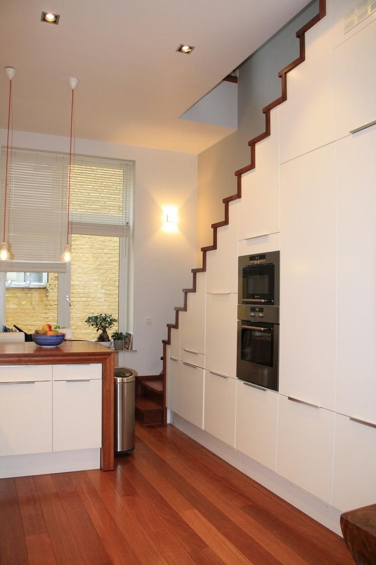 Utiliser la place sous escalier pour multi-rangement dont four