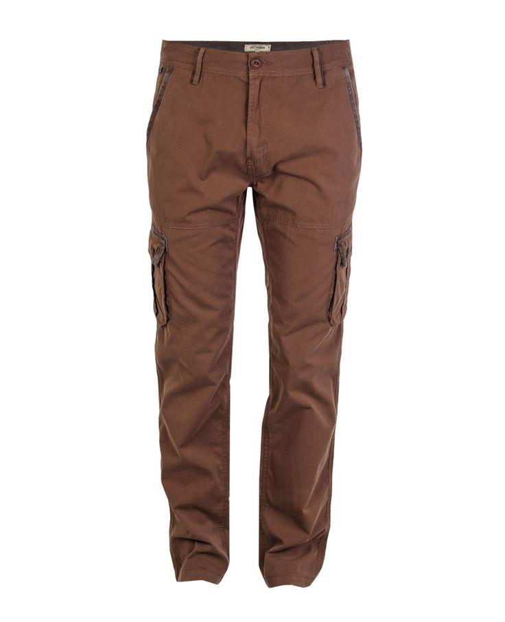 Pantalón de hombre, tipo cargo, tiro medio, bota recta. Bolsillos en diagonal adelante, y bolsillos laterales y posteriores con fuelle. Composición Prenda: 100% Algodón.