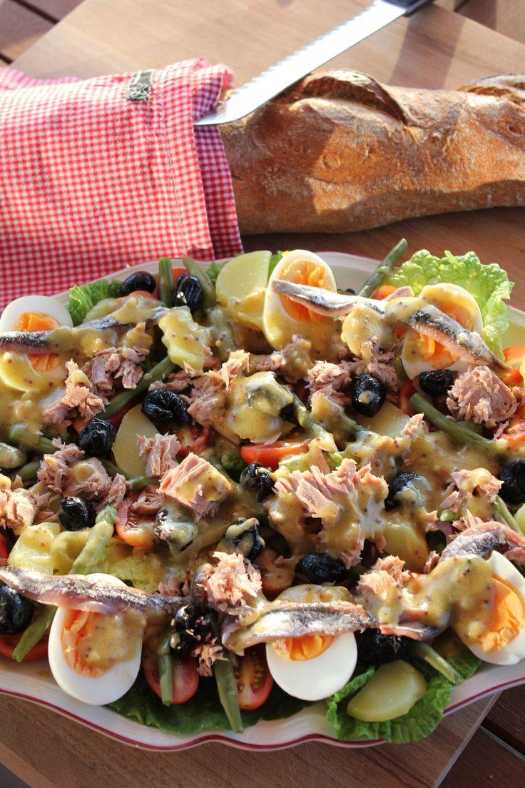 Salade Nicoise, Nizzasalat wie er in Frankreich serviert wird, ein klassisches Salatrezept mit Thunfisch, Eiern, Oliven, grünen Bohnen und vielem mehr. Und hier ist das Rezept http://wolkenfeeskuechenwerkstatt.blogspot.de/2013/08/salade-nicoise.html