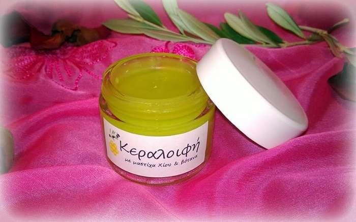 Κηραλοιφή με μαστίχα Χίου - Ιδιότητες Ιδανική για την φροντίδα όλων των τύπων δέρματος. Περιέχει ελαιόλαδο, αμυγδαλέλαιο, μελισσοκέρι, μαστιχέλαιο και φυσικ