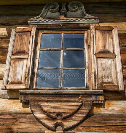 Okna drewniane w starych domach w północnej Rosji. Piękne ramki. Rzeźby w drewnie. Tradycyjne obudowy drewno budowlane — Obraz stockowy #76907915