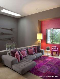 Living room with purple rug and cushions. / Sala de estar decorada con tapetes y cojines morados