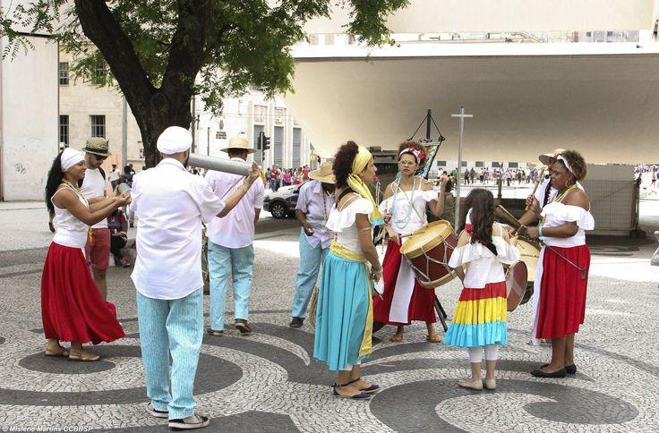 Cortejo na Praça do Patriarca com direção ao CCBB SP.