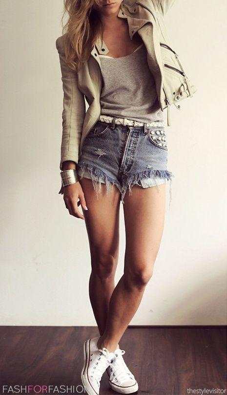 Novo look: shorts curto desfiado, blusa caída com decote, jaqueta bege de couro e pra finalizar all star branco!Amei
