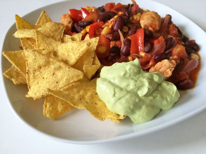 recept mexicaanse ovenschotel, kip, bonen, nachos, guacamole, avocado creme, mexicaans gerecht