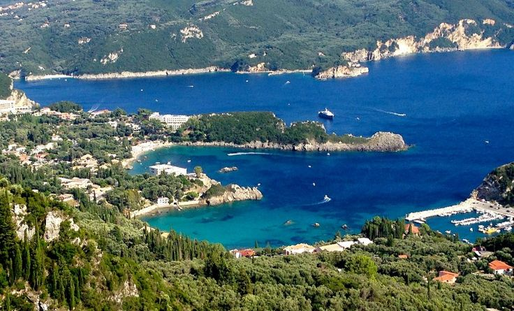 Corfú es una isla griega del mar Jónico, situada frente a la costa noroeste del Epiro griego y la sur del Epiro albanés. Es la segunda mayor de las Islas Jónicas