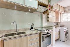 Revestimento de vidro branco na cozinha.
