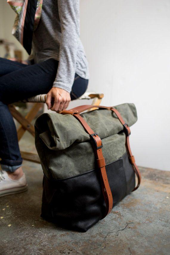 Bolso Weekender, lona encerada, bolsa de viaje, mochila o bolsa de viaje en cuero negro y tela de oliva; EL HOTSHOT de oliva por presión de punzón
