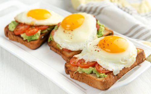 Μια ανοιξιάτικη μέρα ξεκινά με αυγά μάτια πάνω σε φρυγανιές και σάλτσα αβοκάντο - http://ipop.gr/sintages/orektika/mia-anixiatiki-mera-xekina-me-avga-matia-pano-se-friganies-ke-saltsa-avokanto/