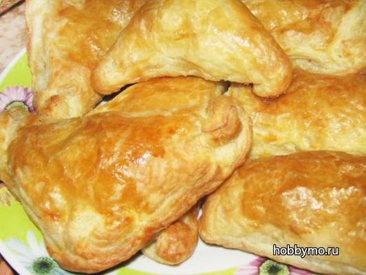 Пирожки из слоеного теста с мясом (в духовке)
