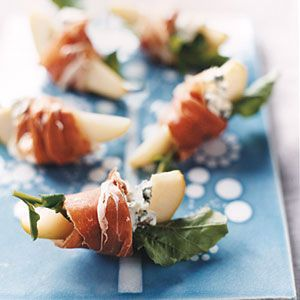 Pears with Blue Cheese and Prosciutto 2 pears (such as Bosc or Bartlett), each cored and sliced into 8 wedges 2 teaspoons fresh lemon juice 3 ounces blue cheese cut into small pieces 6 ounces thinly sliced prosciutto cut in half lengthwise 1 cup arugula