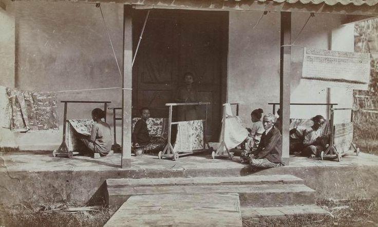 Batiksters op theeonderneming Waspada bij Garoet ca. 1874. (5677)