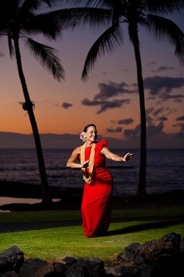 Hula dancer at a hawaiian wedding at the Mauna Lani Spa and Resort.  www.eyeexpression.com