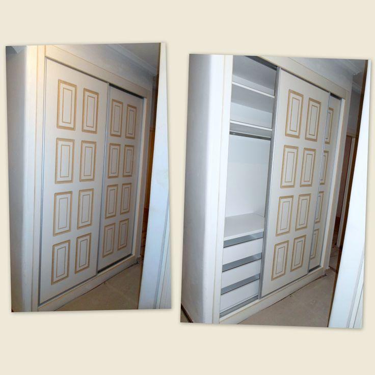 Ντουλάπα εντοιχιζόμενη με συρόμενες πόρτες και πατίνα στα παντογραφικά σχέδια του.