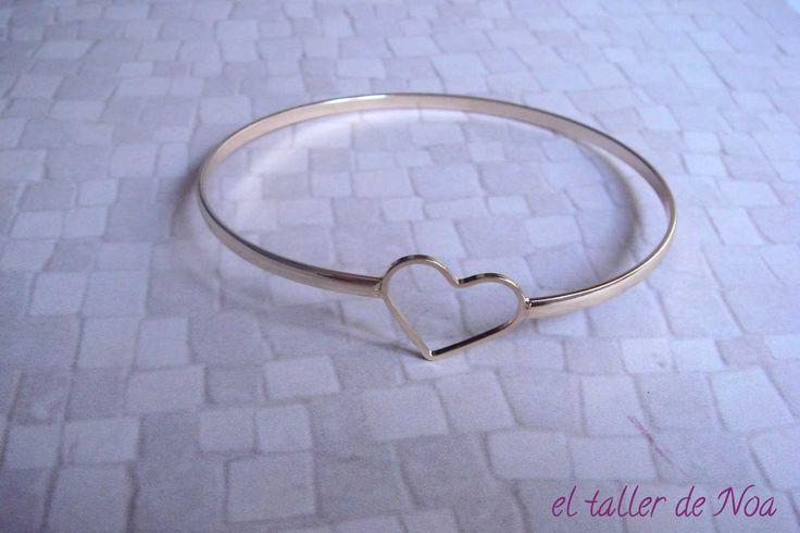 Con silueta de corazón en dorado, pulsera rígida ref. mbp16022 de la Col. Minimal Bracelet Doré,  www.eltallerdenoa.com #bisutería #bijuteria #jewelry #pulsera #polsera #bracelet #pulserarigida #polserarigida #rigidbracelet #dorado #daurat #gold #hechoamano #fetama #handmade #bisuteríafina #joieriafina #finejewelry #joyas #joies #jewels #joyería #joieria #corazón #cor #heart #eltallerdenoa