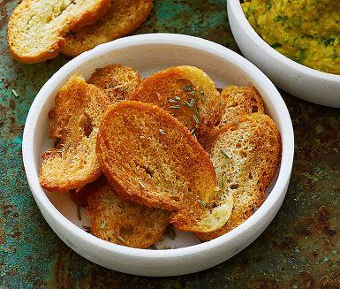 Gör dina egna krutonger av överblivet ljust bröd. Att använda sig av rester är enkelt och bra för miljön. Smaksätt med dina favoritörter, eller här bara med färsk rosmarin. Dessa örtkrutonger är superba till sallader av olika slag, eller som tillbehör på ostbrickan.