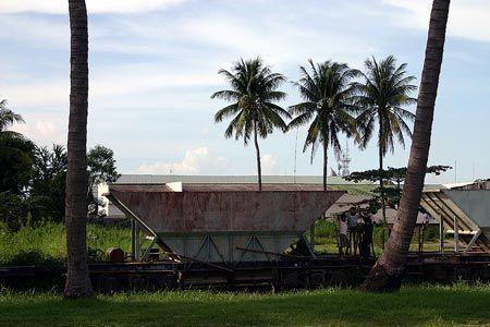 草に埋もれた貨車で、子供達が遊んでいる。カメラに気付いたようだ。こちらを見て、微笑んでいる。2004/9 カンボジア王立鉄道 Royal Railways of Cambodia プノンペン駅 Phnom Penh Station(カンボジア王国 Kingdom of Cambodia)© 2010 風旅記(M.M.) 風旅記以外への転載はできません...